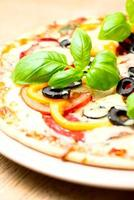 pizza italiana em fundo de madeira foto