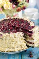 bolo de baunilha com cerejas. foto