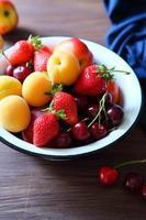 frutas de verão em tigela rústica foto