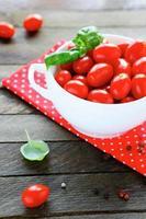 tomate fresco e manjericão foto