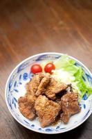 cozinha japonesa buta no karaage (豚 の 唐 揚 げ, carne de porco frita) foto