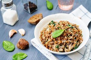 espinafre, cogumelos trigo sarraceno foto