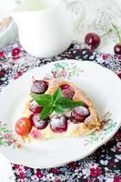 torta de queijo cottage com cerejas
