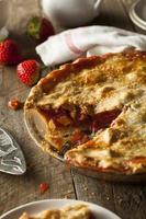 torta de ruibarbo caseiro de morango foto