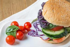 hambúrguer vegano com legumes frescos