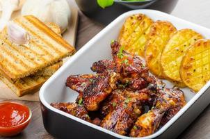 asas de frango com pão panini de alho foto