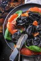 ravioli preto com salmão salgado foto