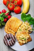 pequeno-almoço saudável ovos mexidos com cebolinha, torradas panini foto