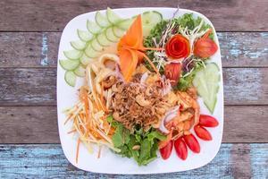 salada de frutas tailandesas com salgadas foto