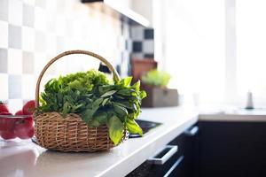 cesta com verduras frescas