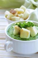 sopa de creme de brócolis vegetal com croutons brancos e salsa