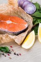 bife de salmão fresco em papel marrom picado foto