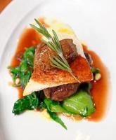 bife do lombo com terrina de carne e espinafre foto
