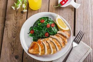 peito de frango grelhado com espinafre e pimentão
