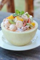 salada de frutas na tigela de melão foto