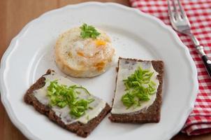 pão com manteiga, cebolinha e muffin de ovo foto