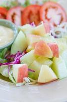salada de frutas e legumes foto