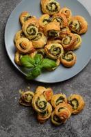 rolos de massa folhada com espinafre e recheio de queijo grego foto