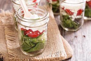 salada em frascos de pedreiro foto