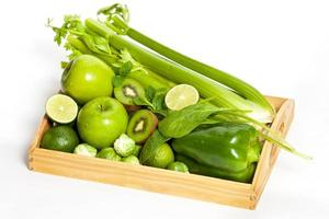 frutas e legumes verdes frescos foto