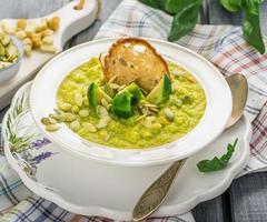 purê de sopa grossa de legumes com couve de bruxelas, croutons, sementes de abóbora