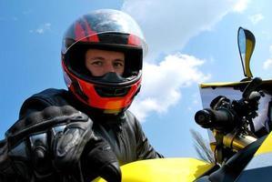 motociclista, olhando para a câmera através do capacete foto