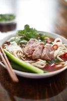 tigela de pho vietnamita em luz natural foto