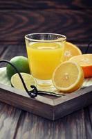 suco cítrico e frutas foto