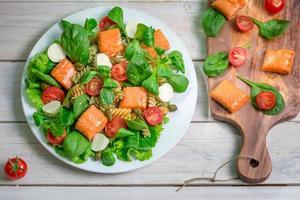 salada com salmão e legumes frescos foto