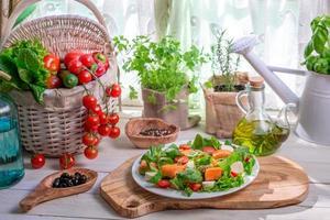 ingredientes para salada com salmão e legumes foto
