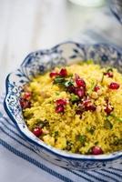salada marroquina, cuscuz e romã foto