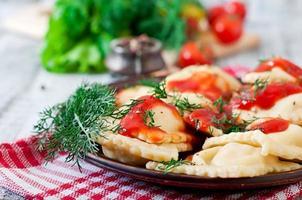delicioso ravióli com molho de tomate e endro foto