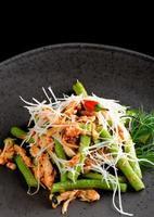 frango estilo bali com erva-cidreira e feijão longo