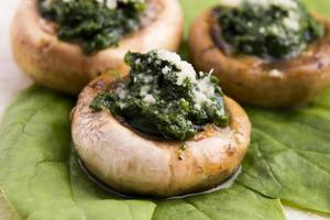 cogumelos recheados com espinafre foto