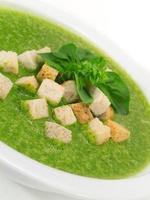 sopa de espinafre e manjericão foto