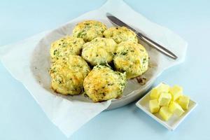 scones de queijo e espinafre foto