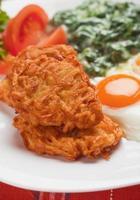 panquecas de batata com ovos fritos foto