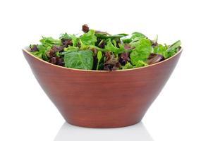 saladas verdes em uma tigela de madeira foto