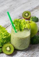 smoothie verde com kiwi, maçã, salada e brócolis, dri saudável