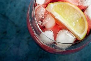 suco de cereja com limão e gelo no copo foto