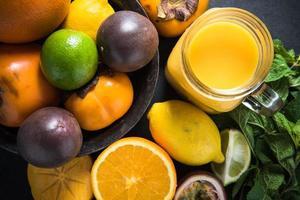 smoothie de frutas tropicais e exóticas, conceito de dieta