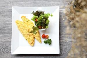 omelete em fundo madeira foto
