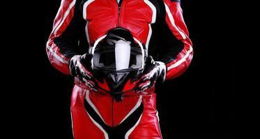 motociclista segurando o capacete
