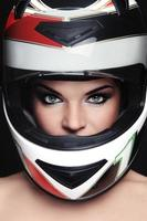 mulher no capacete de motoqueiro