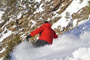 esqui masculino em posição inclinada foto