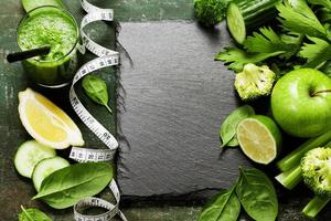 smoothie e legumes verdes frescos foto