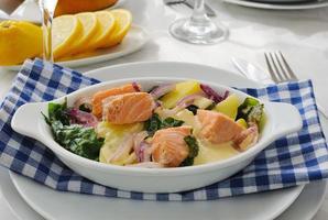 salmão com batatas e molho de creme de espinafre foto