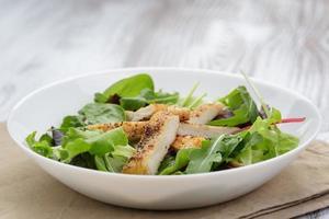 frango assado com salada mista foto