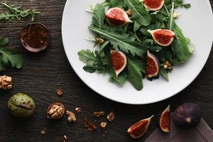 salada com folhas de rúcula e figos foto