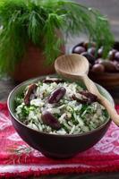 arroz com azeitonas e ervas frescas foto